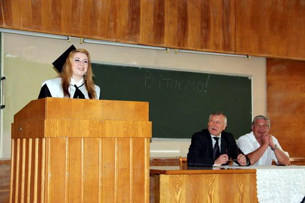 Своїх однокурсників вітає Олеся Застріжна